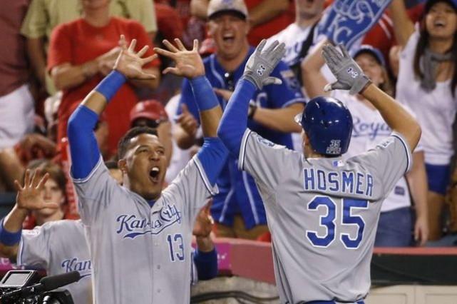 Eric Hosmer est félicité par son coéquipier Salvador... (Photo Lenny Ignelzi, AP)
