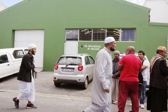 Des musulmans opposés à l'ouverture de la «mosquée... (PHOTO SCHALK VAN ZUYDAM, ARCHIVES AP)
