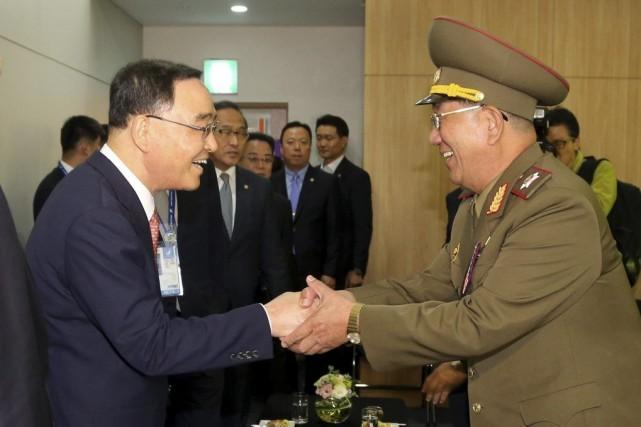 Le premier ministre sud-coréen, Chung Hong-Won, en compagnie... (PHOTO AFP)