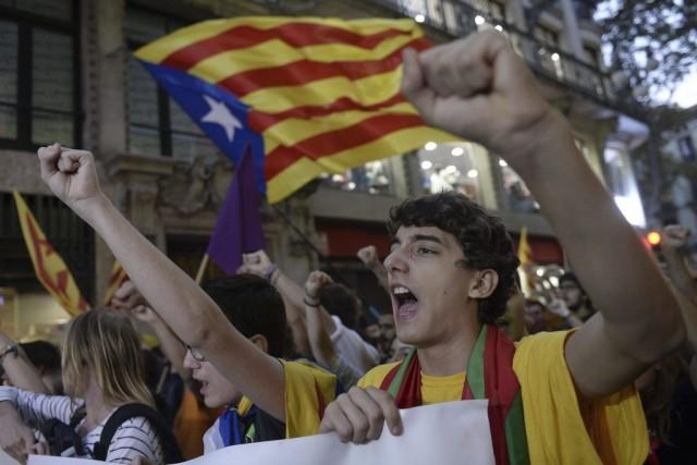 Des manifestants ont marché dans les rues de... (PHOTO JOSEP LAGO, AFP)