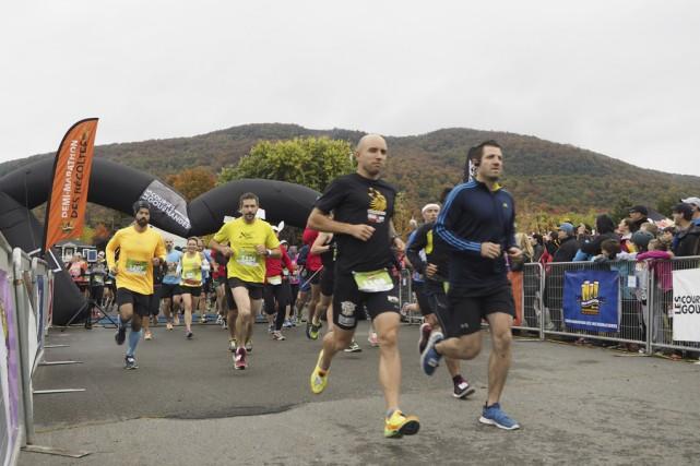 Des centaines de coureurs ont pris les rues... (photo Maxime Sauvage)
