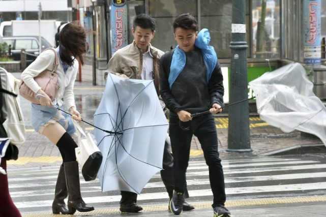 Le puissant typhon Phanfone a touché lundi matin le coeur du Japon et... (Photo: AFP)