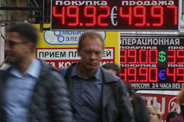 La monnaie russe est pénalisée par l'escalade des... (PHOTO MAXIM SHEMETOV, REUTERS)