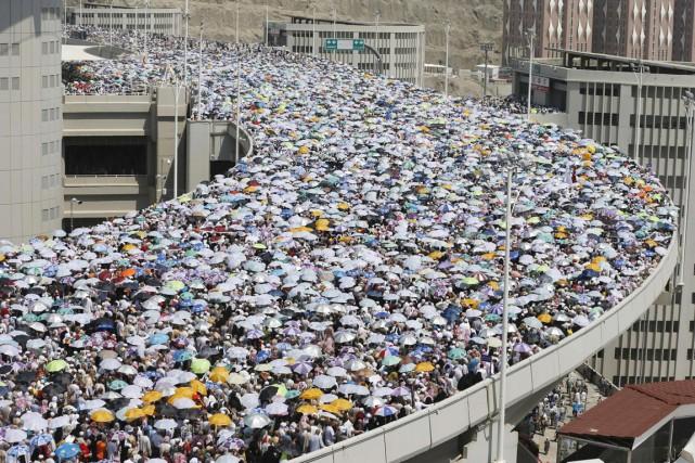 Des centaines de milliers de fidèles affluant à... (PHOTO MUHAMMAD HAMED, REUTERS)