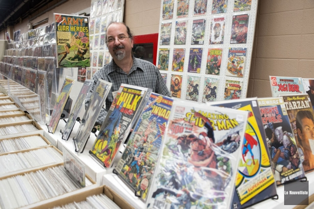 Roch Bertrand et sa collection de bandes dessinées.... (Photo: Stéphane Lessard, Le Nouvelliste)