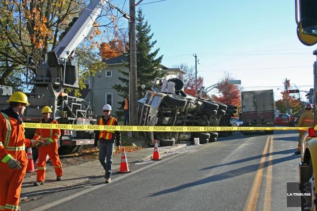 Un camion de transport en provenance de Dixville s'est renversé sur la rue Main... (La Tribune, Maryse Carbonneau)