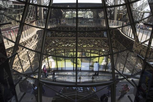 Des visiteurs marchent sur le nouveau plancher de... (PHOTO LIONEL BONAVENTURE, AGENCE FRANCE-PRESSE)