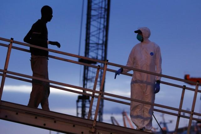 Un migrant clandestin débarque du Phoenix, navire de... (PHOTO DARRIN ZAMMIT LUPI, REUTERS/MOAS)