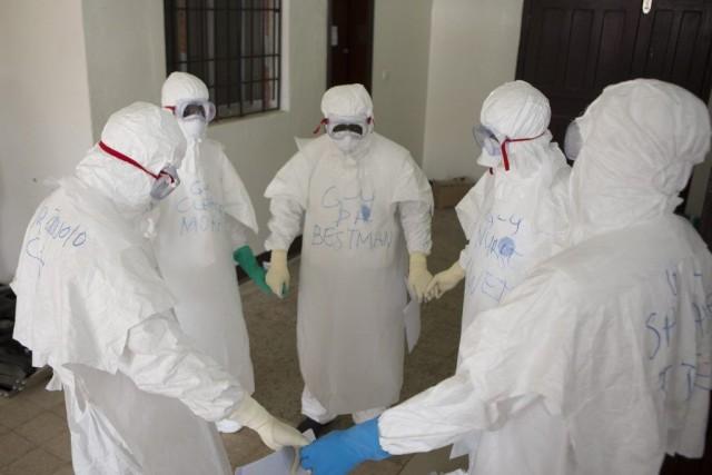 Des travailleurs de la santé portant des vêtements... (PHOTO REUTERS)