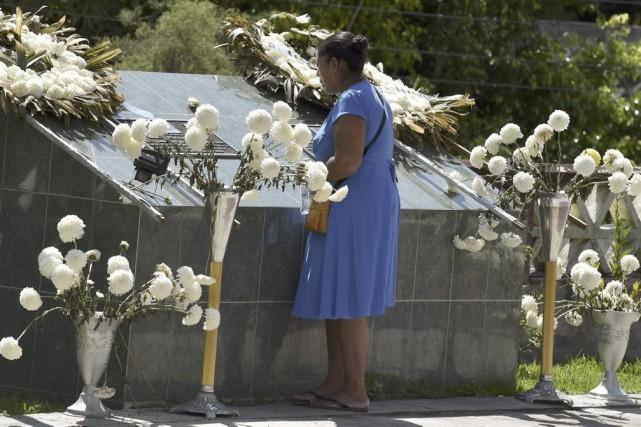 La mère d'une des victimes se recueille devant... (PHOTO YURI CORTEZ, AFP)
