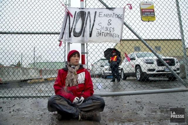 Une des activistes sur place, Alyssa Symons-Bélanger, enchaînée... (PHOTO ALAIN ROBERGE, LA PRESSE)
