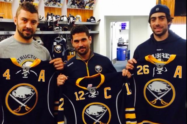 Josh Gorges, Brian Gionta et Matt Moulson... (Photo tirée du compte Twitter des Sabres de Buffalo)