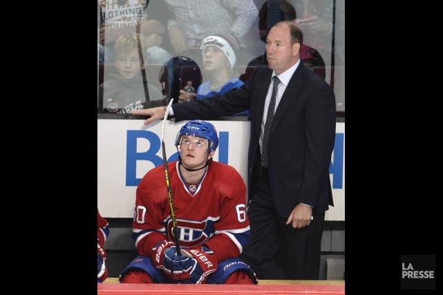Daniel Lacroix derrière le banc du Canadien.