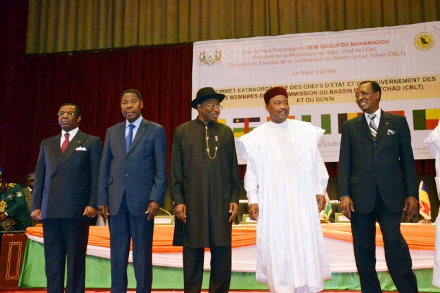 Les présidents Goodluck Jonathan (Nigeria, au centre), Idriss... (PHOTO HAMA BOUREIMA, AFP)
