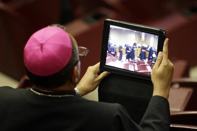 Un évêque prend une photo à l'aide de... (PHOTO MAX ROSSI, ARCHIVES REUTERS)