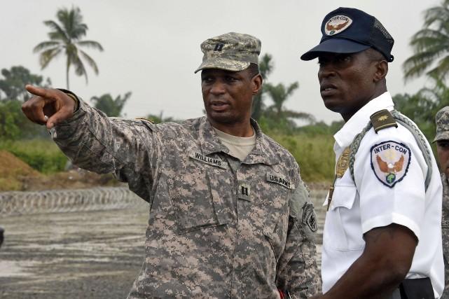 Un soldat de l'armée américaine converse avec un... (PHOTO PASCAL GUYOT, AFP)