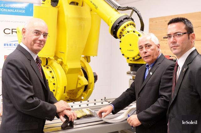De gauche à droite, le ministre Jacques Daoust,... (Le Soleil, Pascal Ratthé)