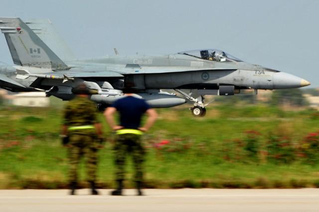 Le Canada déploiera six avions de chasse CF-18... (PHOTO ALBERTO PIZZOLI, ARCHIVES AGENCE FRANCE-PRESSE)