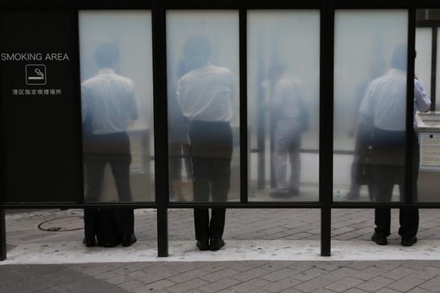 Le géant japonais des cigarettes Japan Tobacco a annoncé mardi soir envisager... (Archives Reuters)