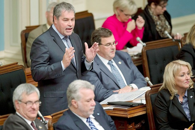 Le ministre de l'Éducation, Yves Bolduc, et ses... (La Presse Canadienne, Jacques Boissinot)