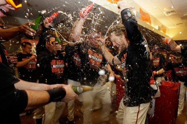 Hunter Pence a reçu une douche de champagne... (Photo Ben Margot, AP)