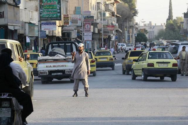 Un «policier» du groupe État islamique fait la... (PHOTO ARCHIVES REUTERS/STRINGER)