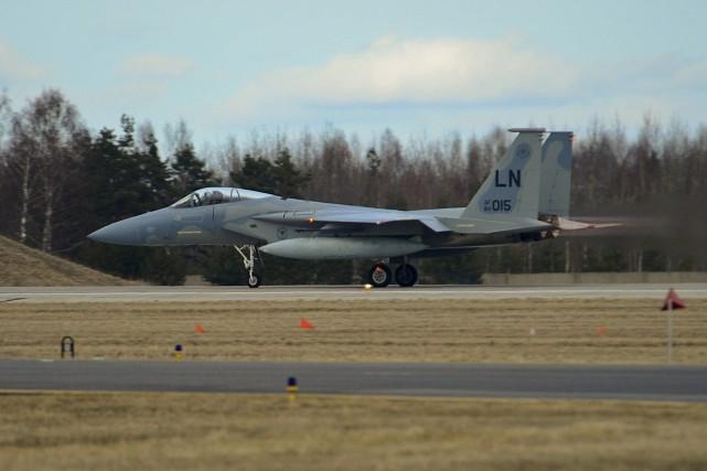 Un chasseur F-15C Eagle de l'armée américaine... (Photo AFP)