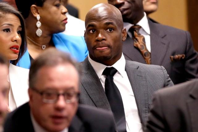 Adrian Peterson s'est présenté en cour pour la... (Photo David J. Phillip, AP)