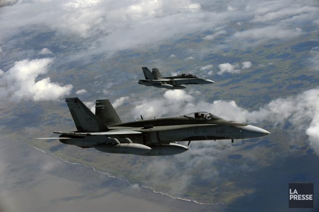 Deux chasseurs CF-18 de l'armée canadienne... (Photo archives Reuters)