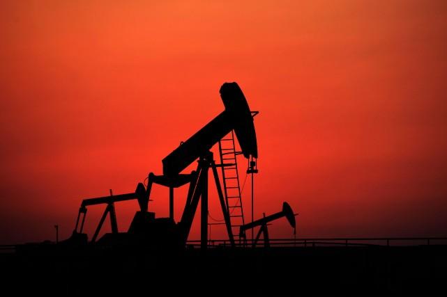 Les cours du pétrole ont accentué leur recul mercredi et sont tombés à des... (Photo archives La Presse Canadienne)