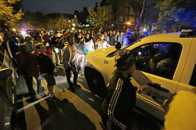 Une foule en colère est massée près de... (PHOTO DAVID CARSON, AP/ST. LOUIS POST-DISPATCH)