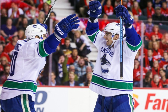 L'attaquant des Canucks Alex Burrows (à droite) a... (Photo Sergei Belski, USA Today Sports)