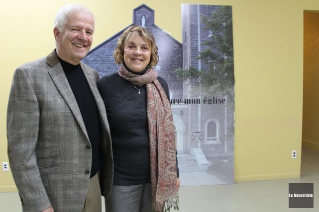 Claude et Micheline Jacob sont devant le panneau... (Photo: Audrey Tremblay, Le Nouvelliste)