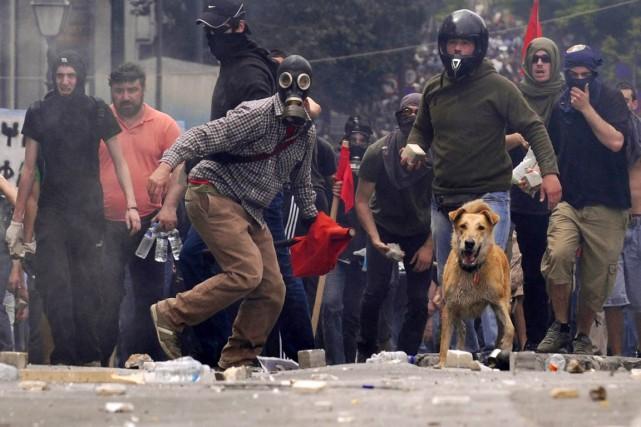 Repéré dès les premières manifestations de masse contre... (PHOTO NIKOLAS GIAKOUMADIS, ARCHIVES AP)