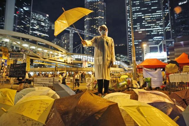 Un manifestant brandit un parapluie, symbole par excellence... (PHOTO KIN CHEUNG, AP)