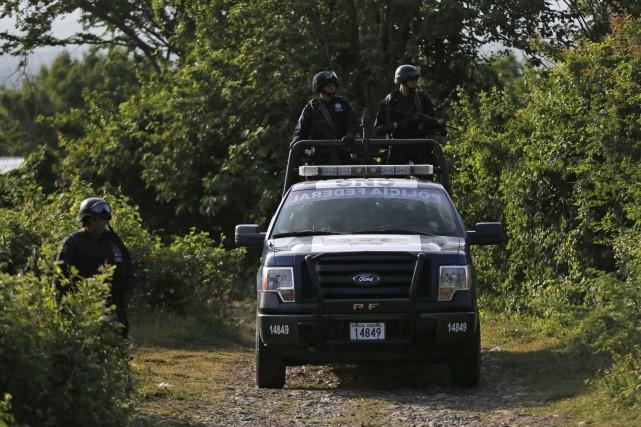 Des policiers fédéraux patrouilles les environs d'une fausse... (Photo Henry Romero, Reuters)