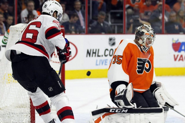 Steve Mason repousse la rondelle près du joueur... (Photo Tom Mihalek, AP)