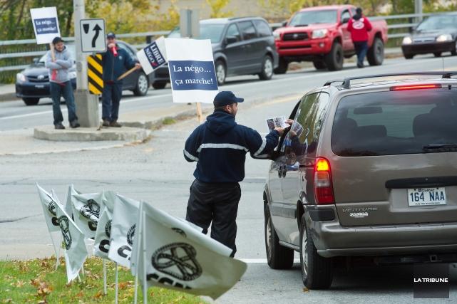Les employés de la Société de transport de Sherbrooke (STS) ont manifesté à... (Imacom, Jessica Garneau)