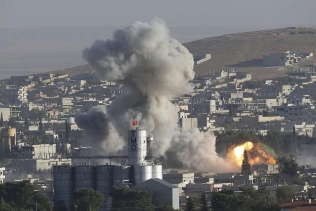Une colonne de fumée s'élève de Kobané après... (PHOTO UMIT BEKTAS, REUTERS)