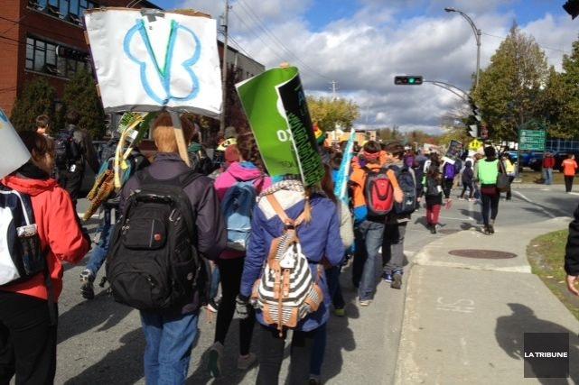 Des centaines de jeunes ont pris part à une marche, vendredi avant-midi, afin... (La Tribune, René-Charles Quirion)