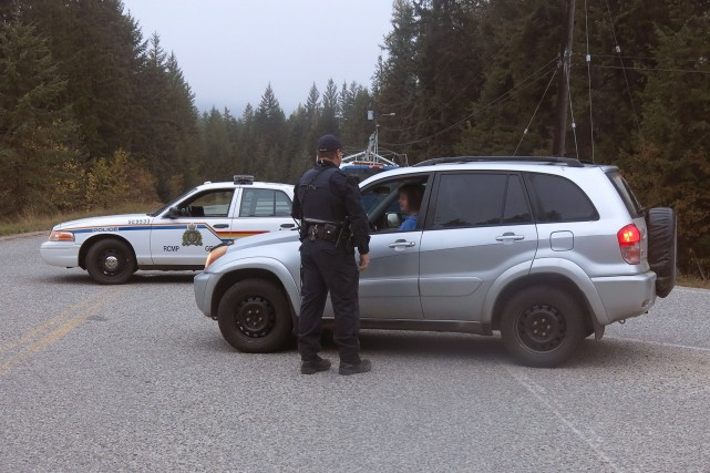 Un policier de la GRC bloque le chemin... (Photo Bill Graveland, La Presse Canadienne)