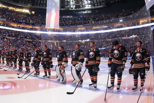 Les joeurs des Sabres lors du match inaugural... (Photo AP)
