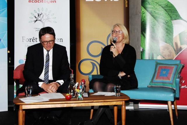 Le maire de Lévis, Gilles Lehouiller, et Pauline... (Photo fournie par la coopérative Forêt d'Arden)