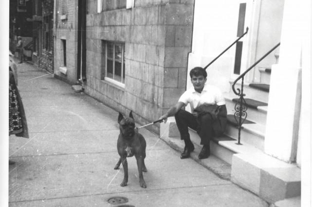 Michel Louvain et son chien César en 1960.... (Photo tirée du livre Michel Louvain - Sans âge)