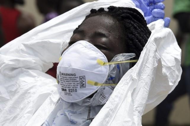 Une travailleuse de la Croix-Rouge retire ses vêtements... (Photo AFP, Pascal Guyot)