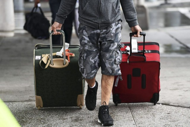 Des passagers arrivent au terminal 4 l'aéroport JFK de... (PHOTO JEWEL SAMAD, AFP)
