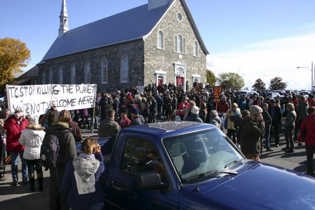 Les manifestants réunis à Cacouna... (Photo collaboration spéciale, Carl Thériault)