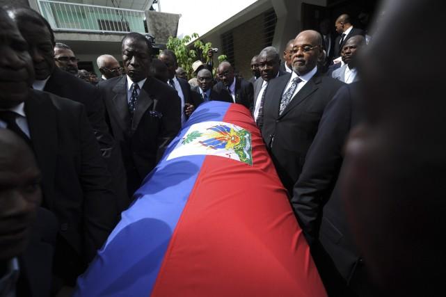 Le cercueil de Jean-Claude Duvalier est transporté hors... (Agence France-Presse)