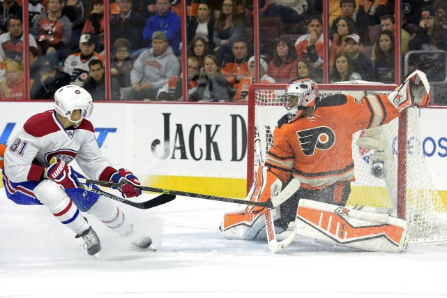 Ray Emery bloque le tir de Lars Eller,... (Photo Eric Hartline, USA Today)