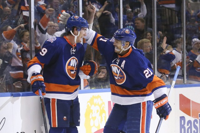 Brock Nelson célèbre avec Kyle Okposo son but inscrit... (Photo John Minchillo, AP)